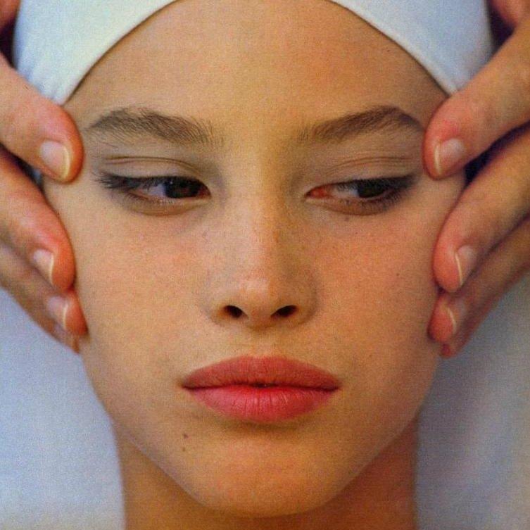 Красивая девушка делает себе массаж
